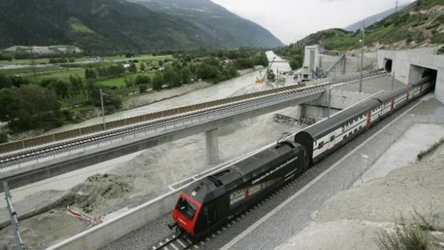 Ein Zug fährt im Wallis aus dem Lötschberg-Basistunnel.