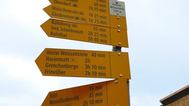 Wanderwegweiser im Gebiet Weissenstein im Kanton Solothurn.