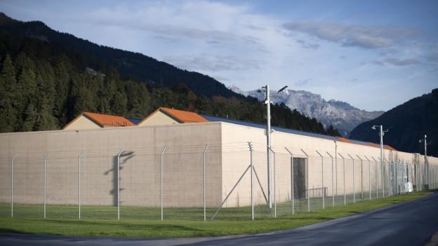 Hinter sieben Metern hohen Mauern: das neue Gefängnis in Cazis.