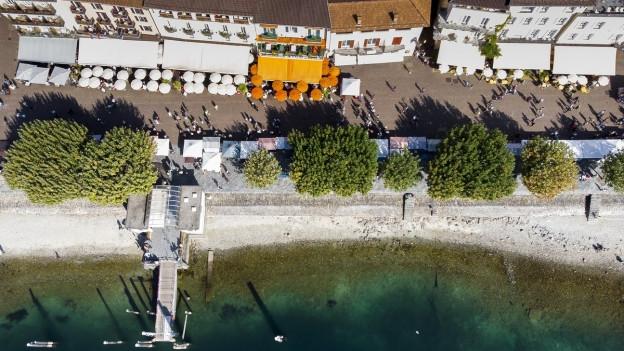 Luftbild, das die Promenade von Ascona zeigt.