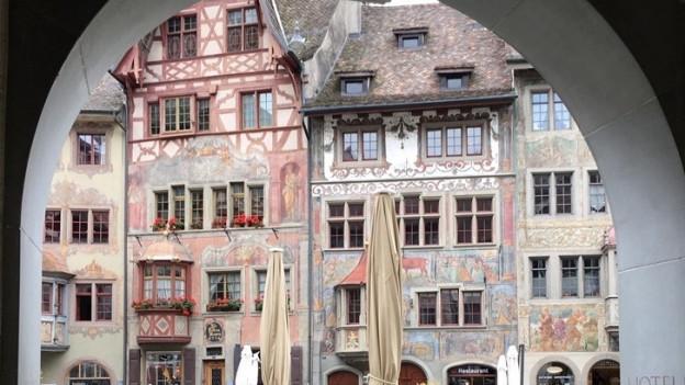 Blick auf eine Häuserzeile in Stein am Rhein.