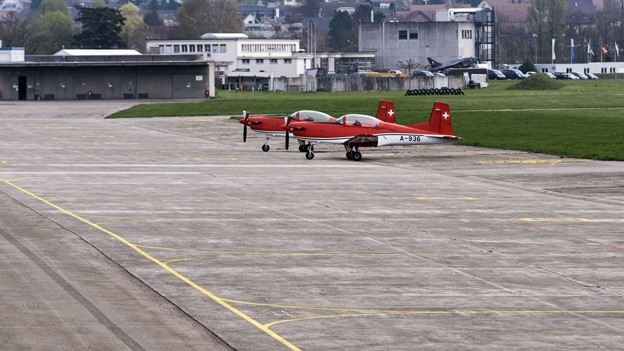 Zwei Flugzeuge auf einem Flugfeld in Dübendorf.