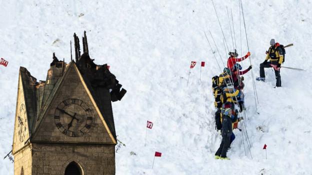 In Herzogenbuchsee steht eine Kirche ohne Turmspitze und in Andermatt haben Helfer sechs verschüttete Skifahrer geborgen.