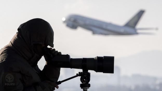 Ein Präzisionsschütze der Kantonspolizei Zürich überwacht den Flughafen.