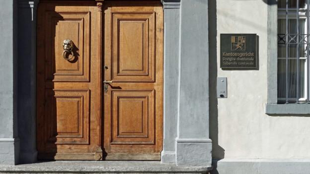 Geschlossene Tür des Bündner Kantonsgerichts.