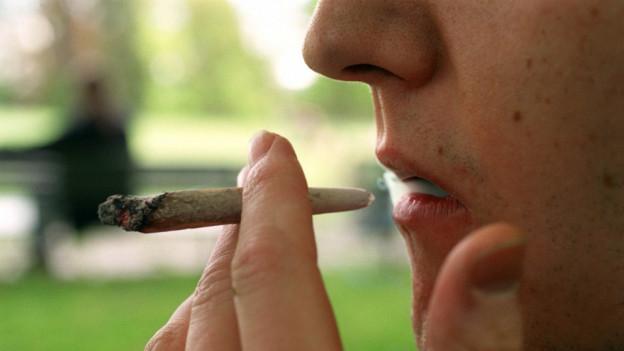 Ein Raucher mit einem Joint im Profil.