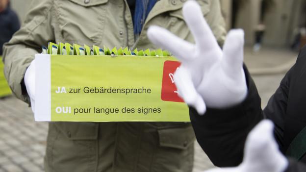 Gehörlose und Hörbehinderte fordern in Bern, dass die Gebärdensprache als Amtssprache anerkannt wird.