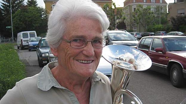 Die rüstige Rentnerin Anny Hegglin mit ihrem Es-Horn.