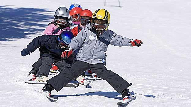 Eines der Sonderangeboten: In Arosa soll die Skischule für die Kleinen gratis sein.