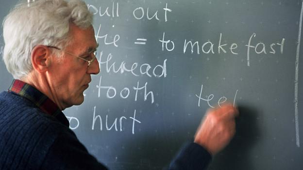 Lehrer beim Englischunterricht.
