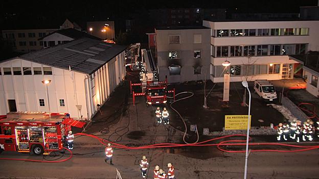 Die drei Bewohner konnten sich trotz zum Teil schweren Verletzungen selber aus dem Haus retten.