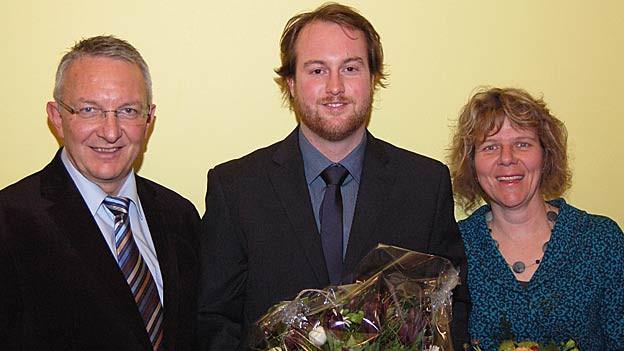 Der abtretende Parlamentspräsident Erwin Schweizer übergibt an Michael Sarbach und Vizepräsidentin Silvia Ammann