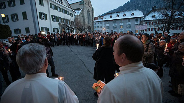 Unterstützer der «Pfarrei-Initiative» vor dem Sitz des Bischofs von Chur.