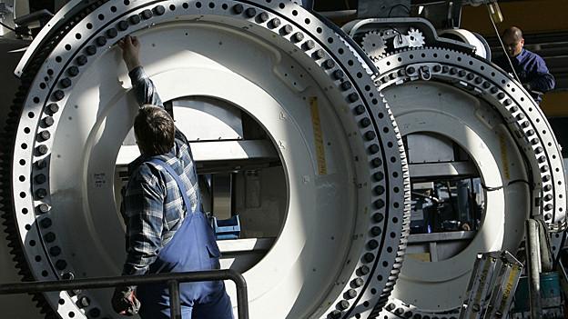Mitarbeiter von Repower bei der Montage einer Windenergieanlage.