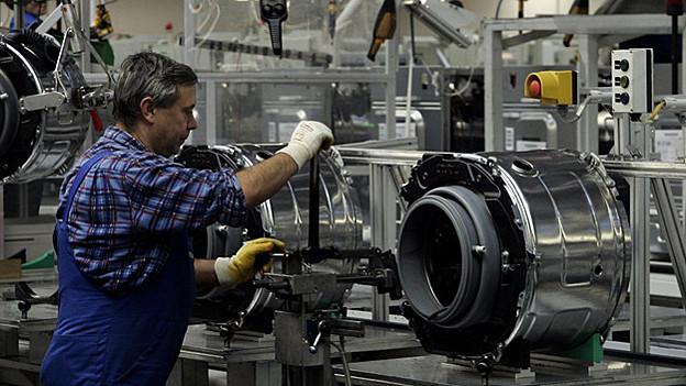 Viele Arbeiter in der Industrie arbeiteten monatelang länger für gleich viel Geld. Für einen Teil von ihnen ist damit Schluss.