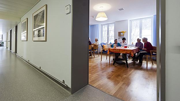 Alte Menschen möchten möglichst lange zuhause bleiben und nicht in ein Heim. Hier hilft das Projekt Zeitvorsorge.