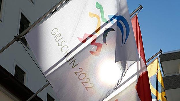 Ausgedient: Olympia-Fahne über dem Rathaus St. Moritz