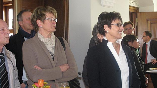 Inge Schmid wartet am Wahlsonntag auf die Resultate.