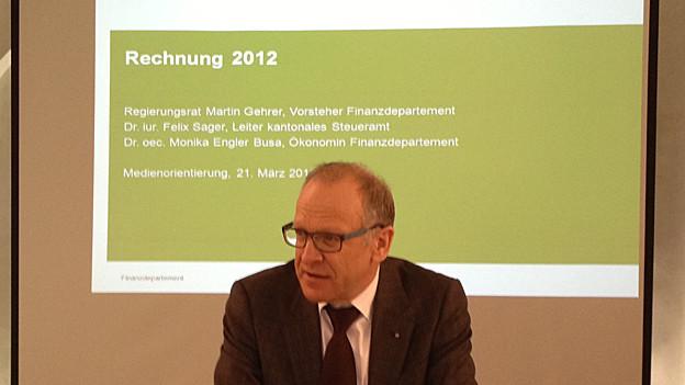 Finanzdirektor Martin Gehrer präsentiert die Zahlen 2012.