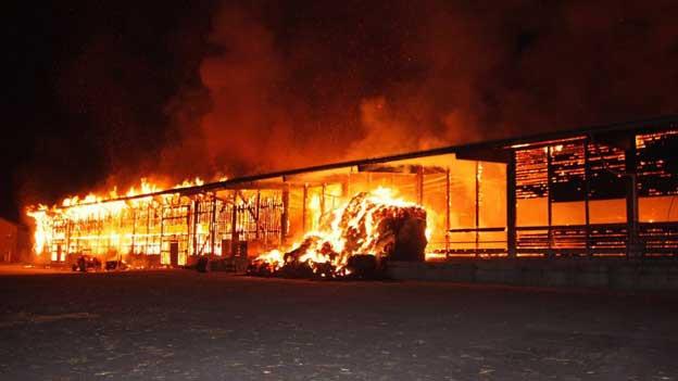 Die Markthalle brennt lichterloh in der Nacht.