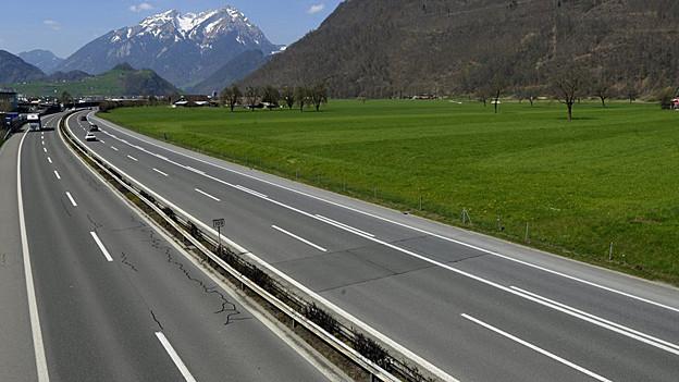 Die Reisenden standen dort, wo auch viele Reisende unterwegs sind: an der Autobahn.