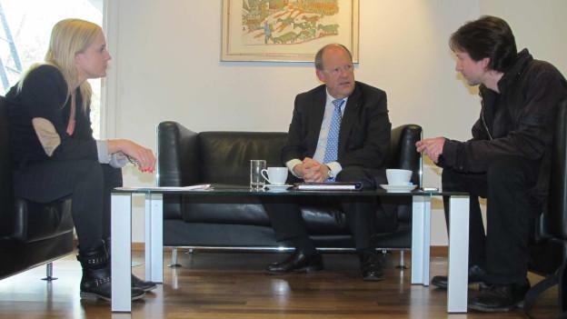 Martina Brassel (links), Fredy Brunner (mitte) und Etrit Hasler (rechts) besprechen die Vorlage.