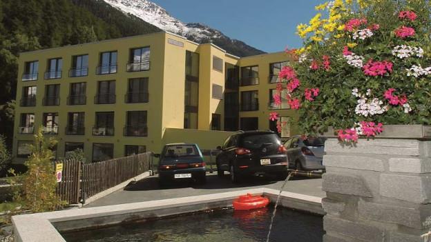 Die Engadiner Klinik von aussen gesehen, gelbe Fassade.