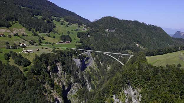 Eine Fotomontage der zukünftigen Taminabrücke, welche Pfäfers mit Valens verbindet.