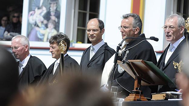Bild in Lightbox öffnen.  Bildlegende: Sepp Moser (l.) an der Landsgemeinde 2008 als Säckelmeister. In der Mitte ist Landammann Daniel Fässler.