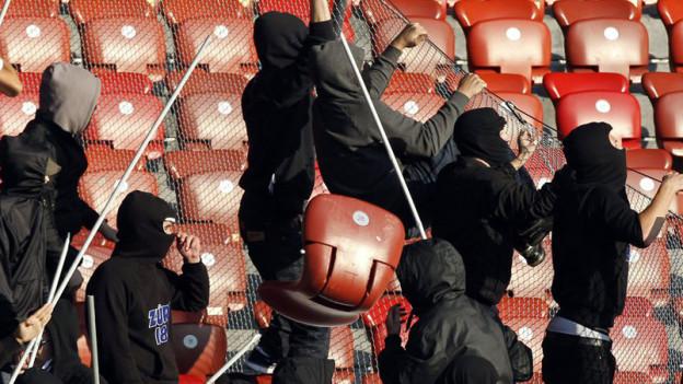 Immer wieder fahndet die Polizei nach Ausschreitungen nach Fussballfans.