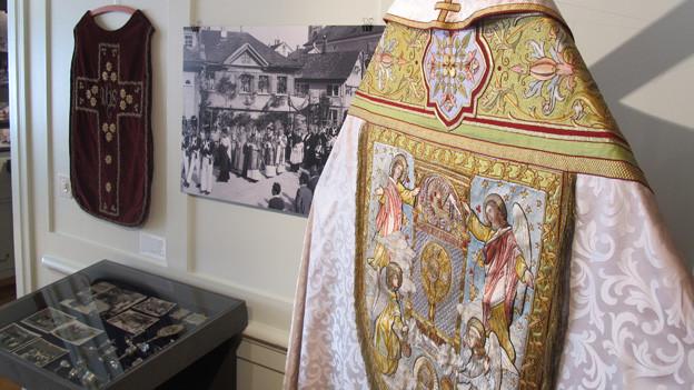 Eine Ausstellung zeigt typische Männerberufe wie den Priester.