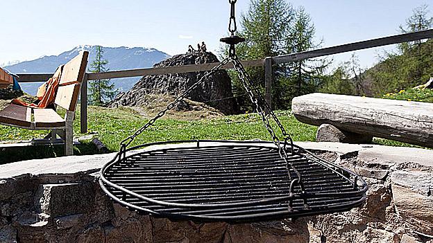 Wegen der Waldbrandgefahr müssen beim Grillieren fest eingerichtete Feuerstellen benützt werden.