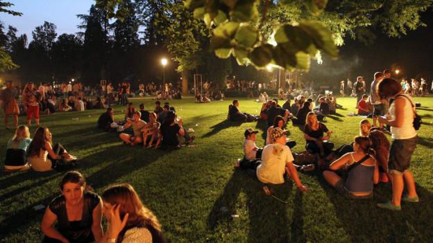 Viele Menschen halten sich an den lauen Sommerabenden im Freien auf.