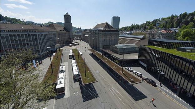 Am St. Galler Bahnhofplatz bieten drei verschiedene ÖV-Betreiber ihre Dienste an