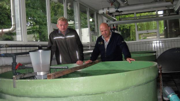 Michael Kugler vom kantonalen Amt für Natur, Jagd und Fischerei und der kantonale Fischereiaufseher Fredi Fehr.