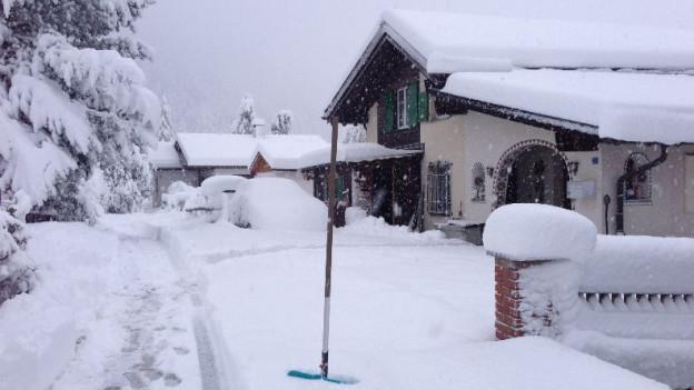 In Savognin sorgt der neue Schnee für Winterstimmung. Auf Strasse und Schiene kommt es zu Unterbrüchen. RTR, F. BELOTTI