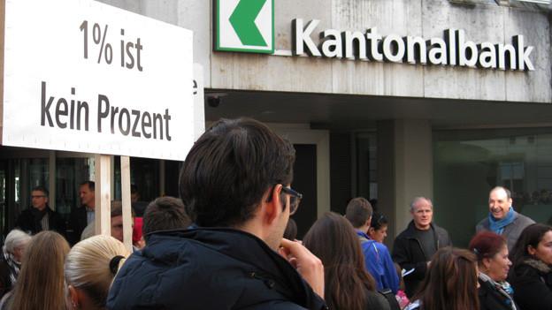 Die Demonstranten fordern von der Kantonalbank Genugtuung.