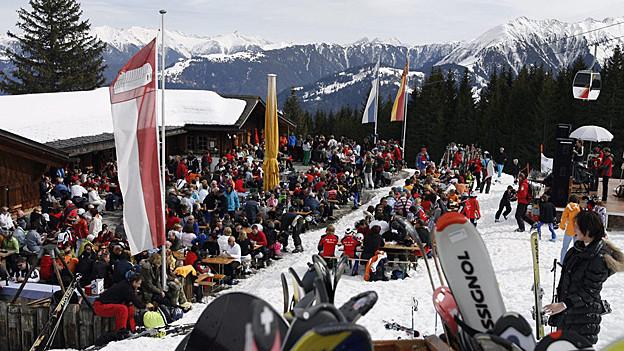 Schneesportler geniessen das schöne Wetter auf der Terrasse der Skihuette «Curnius» im Skigebiet von Laax-Falera im Bündner Oberland.