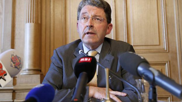 Regierungsratskandidat Heinz Brand vor den Medien.
