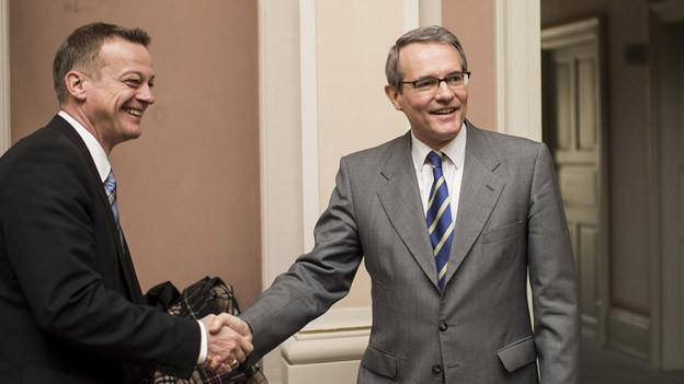 Martin Landolt gratuliert dem siegreichen Thomas Hefti (rechts)