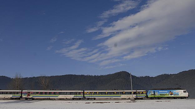 Der Voralpen-Express fährt durch eine Winterlandschaft.