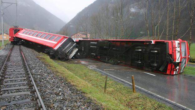 Ein Zug der Appenzeller Bahnen liegt neben den Schienen.