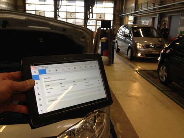 Fahrzeugprüfung mit Tablet