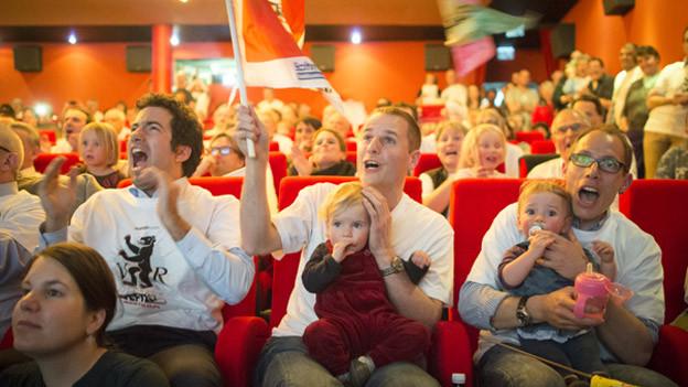 Lautstarke Unterstützung von Fans, Familie und Politiker für das Bobteam Hefti/Baumann.