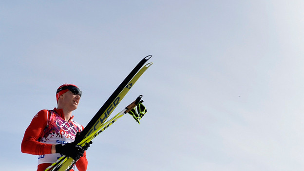 Dario Cologna hält seine Langlaufskis