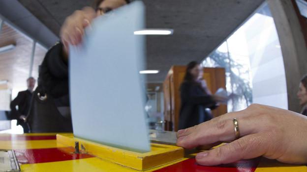 Eine Urne im Wahllokal