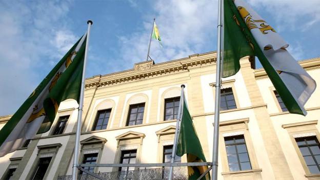 Regierungsgebäude Thurgau mit Thurgauer Fahnen im Vordergrund