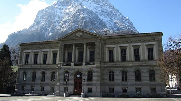 Gemeinden sollen in Zukunft für Dienstleistungen der kantonalen Verwaltung bezahlen. Im Bild das Rathaus von Glarus.