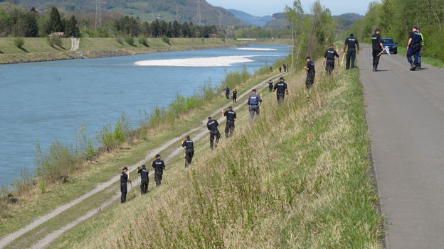 Die Polizei sucht nach Handy und Waffe des Täters.