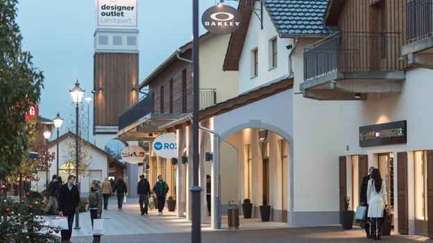 Die Bündner Regierung will den Sonntagsverkauf im Outlet retten.
